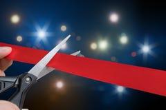Scheren schneiden rotes Band oder Band Blinklichter im Hintergrund Stockbilder