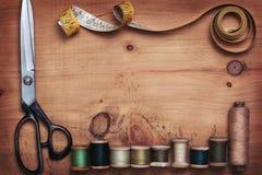Scheren und alte Threads Stockfoto