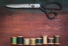 Scheren und alte Threads Stockbild