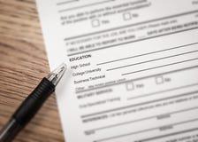 Scheren und Bleistifte auf dem Hintergrund des Kraftpapiers Lizenzfreies Stockfoto