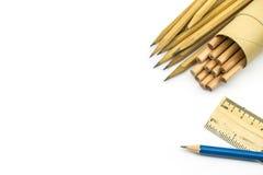 Scheren und Bleistifte auf dem Hintergrund des Kraftpapiers Stockbilder