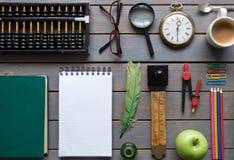 Scheren und Bleistifte auf dem Hintergrund des Kraftpapiers Lizenzfreie Stockbilder
