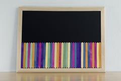Scheren und Bleistifte auf dem Hintergrund des Kraftpapiers Lizenzfreie Stockfotos