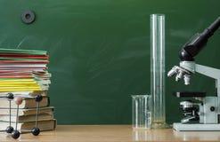 Scheren und Bleistifte auf dem Hintergrund des Kraftpapiers Lehrer- oder Studentenschreibtischtabelle getrennte alte Bücher Lizenzfreie Stockfotografie