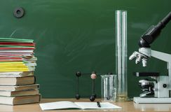 Scheren und Bleistifte auf dem Hintergrund des Kraftpapiers Lehrer- oder Studentenschreibtischtabelle getrennte alte Bücher Zurüc Lizenzfreie Stockbilder