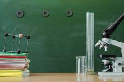 Scheren und Bleistifte auf dem Hintergrund des Kraftpapiers Lehrer- oder Studentenschreibtischtabelle getrennte alte Bücher Zurüc Stockfoto