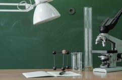 Scheren und Bleistifte auf dem Hintergrund des Kraftpapiers Lehrer- oder Studentenschreibtischtabelle getrennte alte Bücher Zurüc Stockbild
