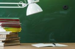 Scheren und Bleistifte auf dem Hintergrund des Kraftpapiers Lehrer- oder Studentenschreibtischtabelle getrennte alte Bücher Zurüc Stockbilder