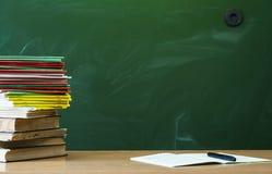 Scheren und Bleistifte auf dem Hintergrund des Kraftpapiers Lehrer- oder Studentenschreibtischtabelle getrennte alte Bücher Zurüc Lizenzfreie Stockfotos