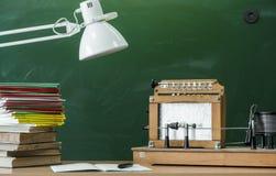 Scheren und Bleistifte auf dem Hintergrund des Kraftpapiers Lehrer- oder Studentenschreibtischtabelle getrennte alte Bücher Zurüc Lizenzfreies Stockbild
