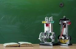 Scheren und Bleistifte auf dem Hintergrund des Kraftpapiers Lehrer- oder Studentenschreibtischtabelle getrennte alte Bücher Zurüc Stockfotografie