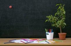 Scheren und Bleistifte auf dem Hintergrund des Kraftpapiers Zurück zu Schule-Konzept Lizenzfreies Stockfoto