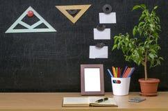 Scheren und Bleistifte auf dem Hintergrund des Kraftpapiers Zurück zu Schule-Konzept Lizenzfreie Stockbilder