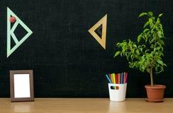 Scheren und Bleistifte auf dem Hintergrund des Kraftpapiers Zurück zu Schule-Konzept Lizenzfreie Stockfotos