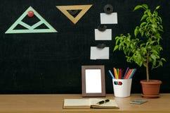 Scheren und Bleistifte auf dem Hintergrund des Kraftpapiers Zurück zu Schule-Konzept Stockbilder