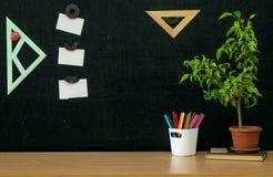 Scheren und Bleistifte auf dem Hintergrund des Kraftpapiers Zurück zu Schule-Konzept Stockfoto