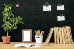Scheren und Bleistifte auf dem Hintergrund des Kraftpapiers Zurück zu Schule-Konzept Stockfotografie