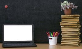 Scheren und Bleistifte auf dem Hintergrund des Kraftpapiers Zurück zu Schule-Konzept Laptop mit leerem Bildschirm auf dem Tisch Lizenzfreie Stockfotos
