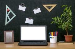 Scheren und Bleistifte auf dem Hintergrund des Kraftpapiers Zurück zu Schule-Konzept Laptop mit leerem Bildschirm auf dem Tisch Stockbilder