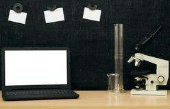 Scheren und Bleistifte auf dem Hintergrund des Kraftpapiers Zurück zu Schule-Konzept Laptop mit leerem Bildschirm auf dem Tisch Lizenzfreies Stockfoto