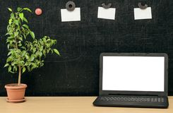 Scheren und Bleistifte auf dem Hintergrund des Kraftpapiers Zurück zu Schule-Konzept Laptop mit leerem Bildschirm auf dem Tisch Lizenzfreies Stockbild