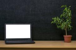 Scheren und Bleistifte auf dem Hintergrund des Kraftpapiers Zurück zu Schule-Konzept Laptop mit leerem Bildschirm auf dem Tisch Stockfotos