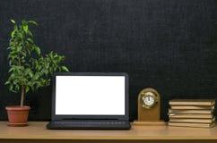 Scheren und Bleistifte auf dem Hintergrund des Kraftpapiers Zurück zu Schule-Konzept Laptop mit leerem Bildschirm auf dem Tisch Stockfotografie