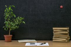 Scheren und Bleistifte auf dem Hintergrund des Kraftpapiers Zurück zu Schule-Konzept Lehrer- oder Studentenschreibtischtabelle Stockbilder