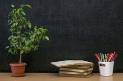 Scheren und Bleistifte auf dem Hintergrund des Kraftpapiers Zurück zu Schule-Konzept Lehrer- oder Studentenschreibtischtabelle Lizenzfreies Stockbild