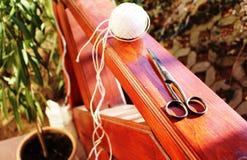 Scheren und eine Schnur auf einer Terrasse Stockbild