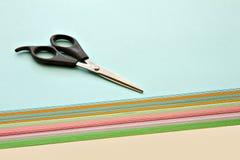 Scheren und farbige Papiere Stockfotos