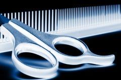 Scheren und Hairbrush stockfotografie