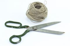 Scheren und Seil auf wei?em Hintergrund stockfotos