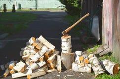Scherfbrandhout met een bijl royalty-vrije stock afbeelding