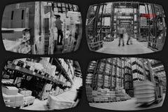 Schermi di sorveglianza che mostrano interno nell'industria fotografia stock libera da diritti