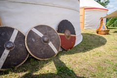 Schermi medievali del metallo e di legno per il combattimento corpo a corpo utilizzato nelle guerre Immagini Stock Libere da Diritti