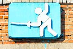 Schermitore della rapière della figurina con un fondo blu Fotografia Stock Libera da Diritti