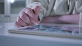 Schermo attivabile al tatto della superficie del computer della compressa commovente della mano stock footage