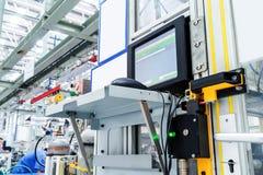 Schermo automatico di controllo del robot di produzione immagine stock