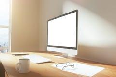 Schermo in bianco del monitor con la tazza di caffè, i vetri e la tastiera Immagini Stock Libere da Diritti