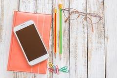 Schermo in bianco Smartphone con la matita ed il taccuino Fotografia Stock Libera da Diritti