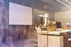Schermo bianco in un angolo di ufficio di legno tonificato Fotografia Stock
