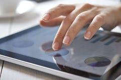Schermo commovente del dito sul touchpad Fotografie Stock