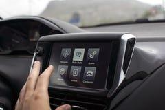 Schermo commovente della mano maschio in automobile moderna immagini stock libere da diritti