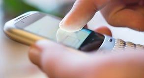 Schermo commovente sullo smartphone fotografia stock libera da diritti