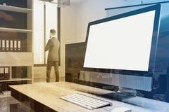 Schermo da tavolino bianco sulla tavola in ufficio tonificato Fotografia Stock