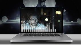 Schermo del computer portatile che mostra il video disperato di numero e dell'uomo d'affari stock footage