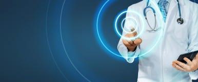 Schermo del dottore With Tablet Pointing su fondo blu Tecnologia moderna nel concetto della medicina e di sanità immagini stock libere da diritti