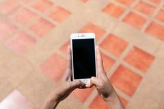 Schermo del nero di IPhone sul mattone immagini stock