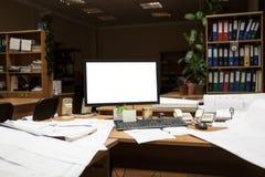 Schermo del ritaglio del monitor del computer sullo scrittorio alla notte, costruente con i disegni Fotografia Stock Libera da Diritti